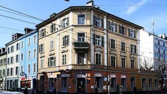 Vorne eine Bar, hinten ein Restaurant und oben eine Asylunterkunft. Das markante Gebäude an der Feldbergstrasse 47 wird intensiv genutzt. Ken/Archiv