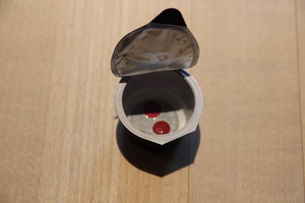 Ein seltener Einblick in den Kaffeerahmdeckel. Die zwei Konfetti symbolisieren die diesjährige Fasnacht, die beim traditionelle Konfetti-Begräbnis zu Grabe getragen wird.