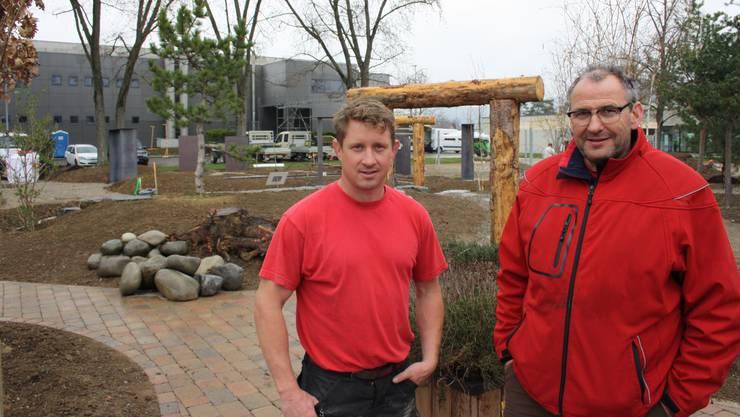 Bauleiter Thomas Murer und Geschäftsführer Arthur Küng zeigen auch Exotisches.