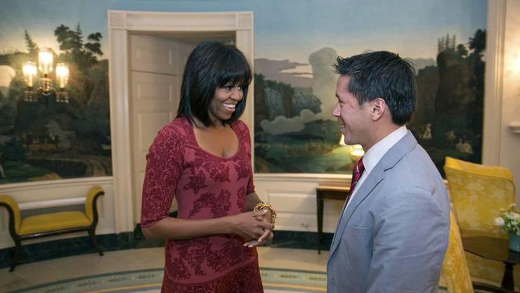 Michelle Obama im neuen Look mit Stirnfransen. Hier im Gespräch mit David Hall, einem der acht Co-Chairs der Einweihungsfeier für die zweite Amtszeit.