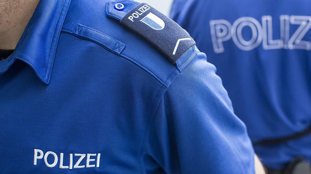 Schulhauswart beobachtet mutmassliche Diebe und alarmiert Polizei