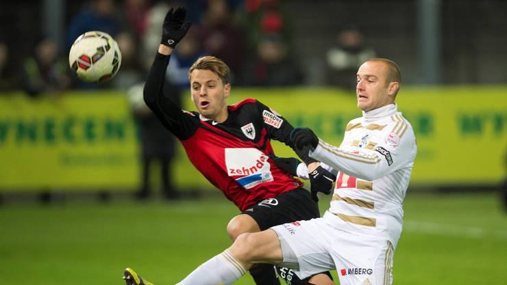 Olivier Jäckle (l., hier im Zweikampf mit Luzerns Marco Schneuwly) kam nach dem Trainerwechsel beim FC Aarau etwas ins Straucheln.