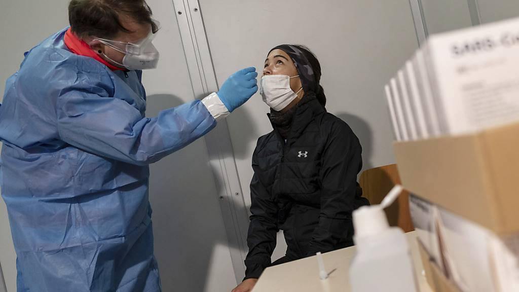 Die Schweizer Bevölkerung macht sich Sorgen wegen der Corona-Pandemie. Das trübt die finanziellen Aussichten für das kommende Jahr. (Archivbild)