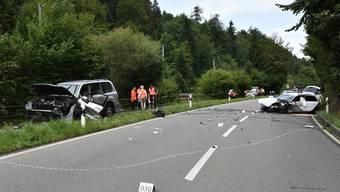 Ein 68-jähriger Autolenker war mit seinem Fahrzeug auf der Aathalstrasse Richtung Aathal unterwegs, als er frontal mit dem Auto einer 20-Jährigen zusammenstiess.