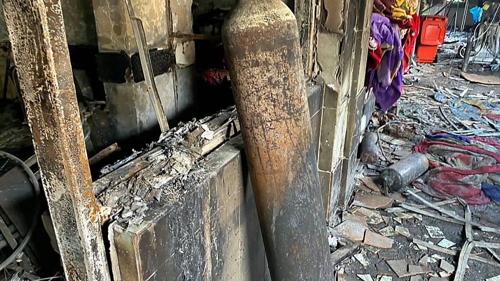 ARCHIV - Der Brand in Bagdad im April wurde ebenso durch die Explosion einer Sauerstoffflasche ausgelöst. Foto: Khalid Mohammed/AP/dpa