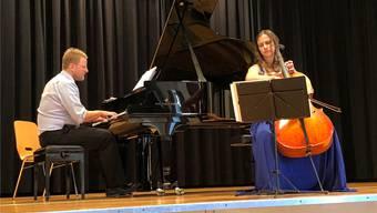 Simon Nádasi und Ana Turkalj versanken in der Musik, die sie im Pfarreizentrum St. Agatha in Dietikon zum Besten gaben.
