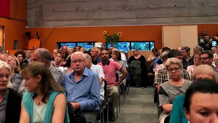 <p>Blick in einen Teil der Aula. Viele der interessierten Personen fanden in der Aula gar keinen Sitzplatz. Deshalb mussten sie die Podiumsdiskussion im Foyer per Lautsprecheranlage mitverfolgen. &nbsp;</p>