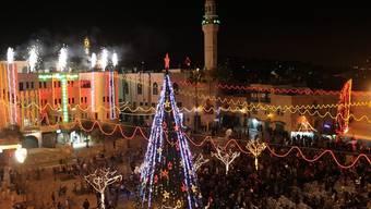 Der Weihnachtsbaum vor der Geburtskirche in Betlehem leuchtet
