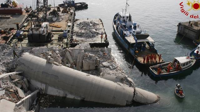 Grosse Verwüstung im Hafen von Genua nach der Kollision