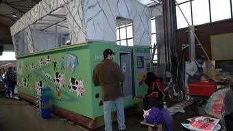 Endspurt: Die Fasnächtler der «Kloschterräbe» arbeiten das letzte Mal an ihrem Wagen, kommende Woche wird er eingeweiht. Nicole Nars-Zimmer