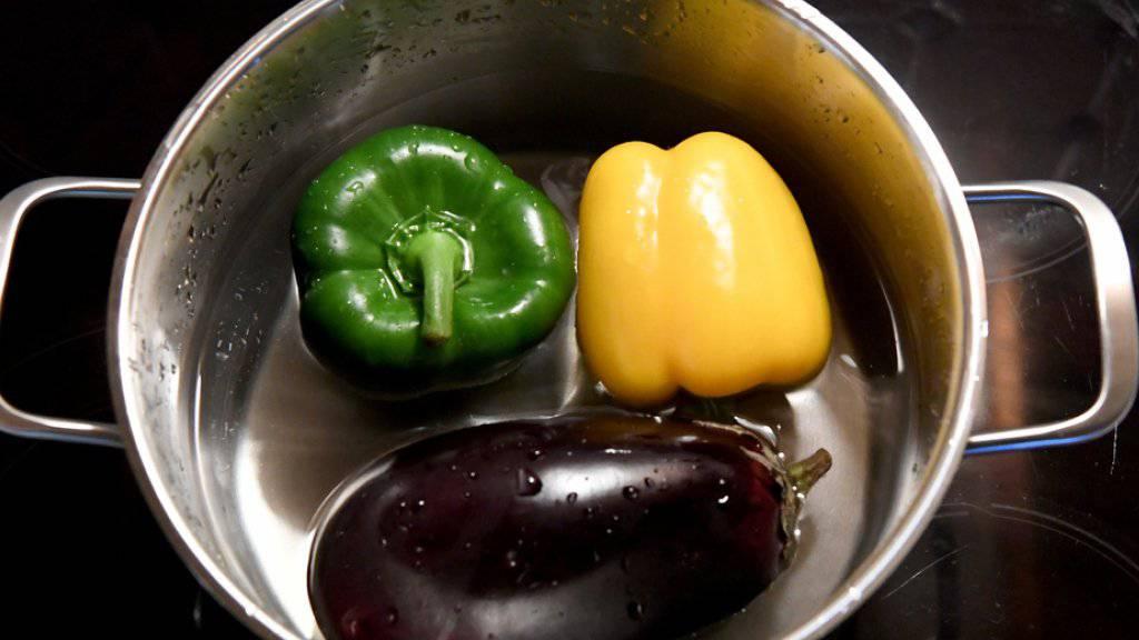 Gemüse in den Farben der Jamaika Flagge: Eine sogenannte Jamaika-Koalition aus Union (Schwarz), FDP (Gelb) und Grünen ist für Kanzlerin Angela Merkel der einzige gangbare Weg (Symbolbild)
