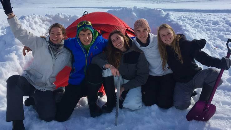 Das Swissarctic Project kann kommen, die Crew hat das Zelt windgeschützt aufgebaut.