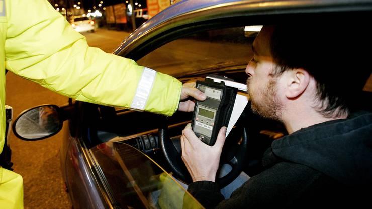 17 Prozent der Schweizer Autofahrer sagen aus, selbst mit mehr Alkohol intus als erlaubt am Steuer gesessen zu haben. (Symbolbild)
