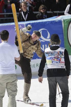 Der obligate Skisalto lässt sich auch mit alten Skis vollführen.