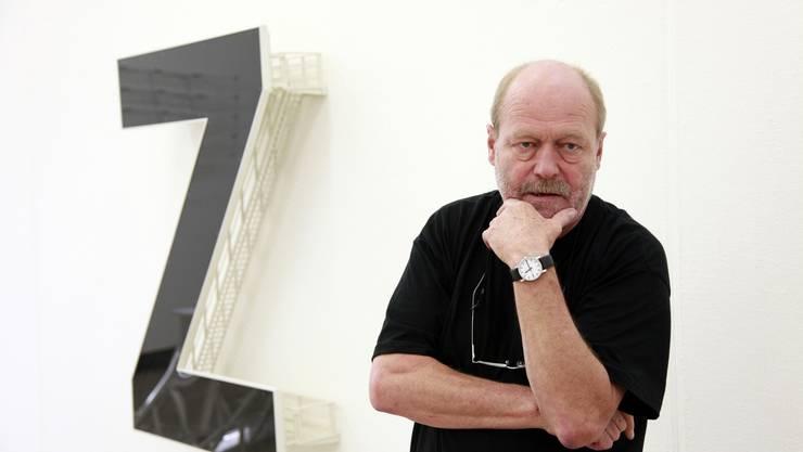 Künstler René Zäch mit einer seiner Installationen