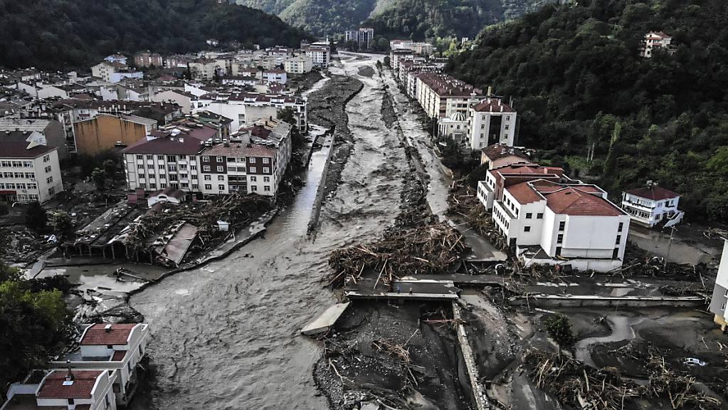Ein Luftbild zeigt zerstörte Gebäude nach Überschwemmungen und Schlammlawinen in Bozkurt. In der türkischen Schwarzmeerregion sind laut der Katastrophenbehörde Afad 27 Menschen in Zusammenhang mit Überschwemmungen in der Region getötet worden. Foto: Ismail Coskun/IHA/AP/dpa