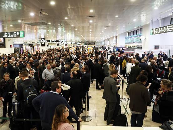 Nach einer Evakuierung des Hauptbahnhofs in Barcelona warten Reisende auf Informationen - der verdächtige Gegenstand stellte sich nach einer Überprüfung als ungefährlich heraus.
