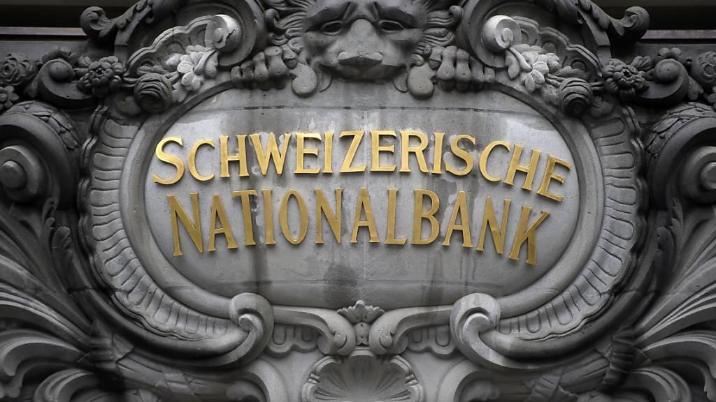 Die Schweizerische Nationalbank (SNB) hat im vergangenen Jahr gemäss provisorischen Zahlen einen deutlichen Gewinn erzielt. (Archivbild)