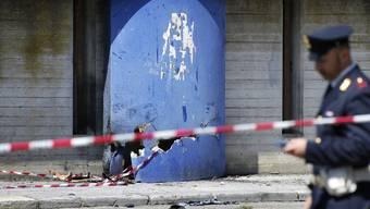 Ein Polizist am Ort, wo die Bombe versteckt war