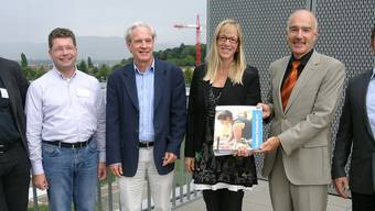 Die Schulpreis-Experten Albert Arnold, Christoph Heeb, Kurt Häfeli und Regina Kuratle mit BSL-Rektor Ruedi Suter und Konrektor Tobias Widmer. tf