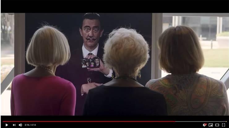 Besucher des Dalí Museums in St. Petersburg in Florida unterhalten sich mit einem per Deepfake-Technologie digital wiedererweckten Salvador Dalí. Youtube