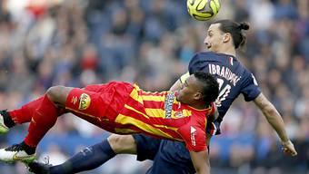 Taucher: Lens (Landré im Zweikampf mit Ibrahimovic) steigt ab