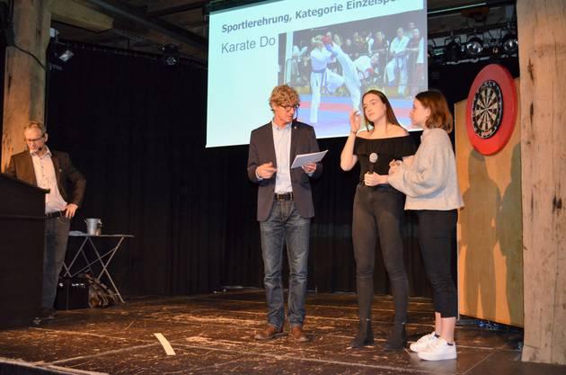 Die besten Sportlerinnen und Sportler wurden im Salzhaus Brugg in einer abwechslungsreichen Feier gewürdigt und ausgezeichnet;Die Geschwister Anna und Silvia Hirt sind erfolgreiche Karatekas.