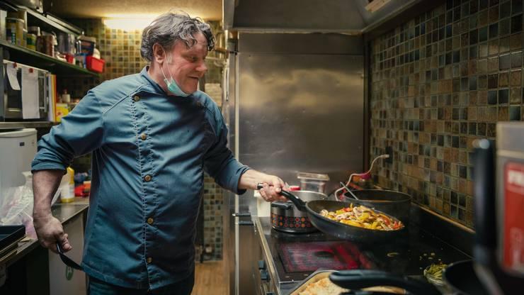 Der 54-jährige Koch aus Jonen hat schon in diversen Restaurants, Mensen und Hotels gearbeitet, so etwa im «Dolder Grand» oder im «Sheraton» in Zürich. Hier bereitet er Stroganoff-Geschnetzeltes für das Mittagsmenü zu.