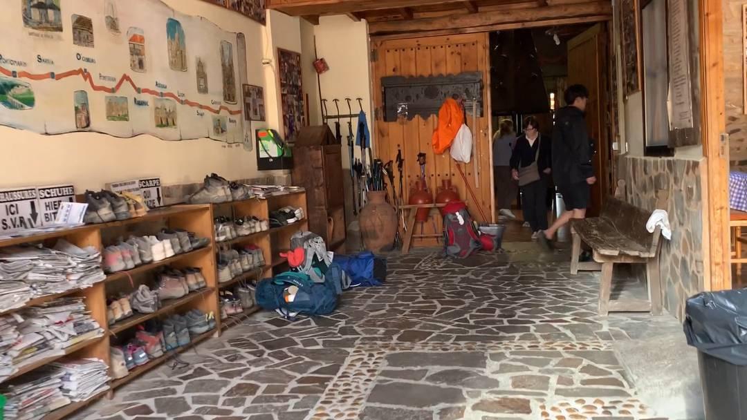 Wein, Massagen und Massenschlag: ein Rundgang durch die Albergue del Pilar in Rabanal