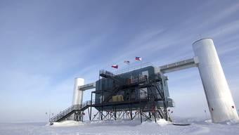 Der Neutrinofänger IceCube befindet sich auf der Amundsen-Scott Südpolstation in der Antarktis. Das überirdische Labor enthält die Computer, auf denen die Daten gesammelt werden, die eigentlichen Detektoren befinden sich bis zu 2500 Meter unter dem Eis. (Bild: Handout)