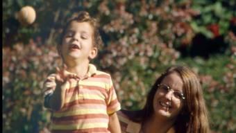 Glücklich vereint:: Beatrix Smit mit ihrem Sohn Simon nach der Rückkehr aus Indien.