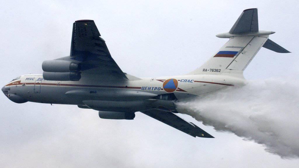 Rund 300 Menschen beteiligen sich an der Suche nach einem verschollenen Löschflugzeug in Sibirien, das am Freitag bei einem schweren Waldbrand in Sibirien vom Radar verschwunden ist. (Archivbild)