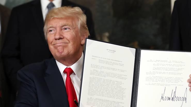 US-Präsident Trump präsentiert im Weissen Haus sein China-Memorandum.