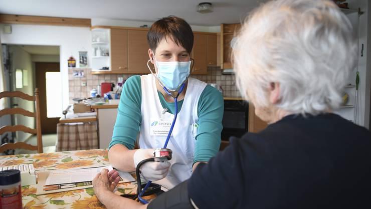 Immer mit Maske: Die Coronapandemie erschwert auch die Arbeit der Pflegenden zusätzlich