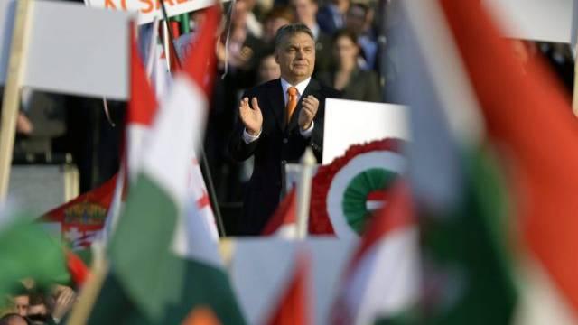 Regierungschefs Viktor Orbán (Mitte) an der Wahlkampfkundgebung