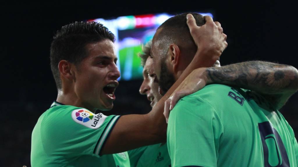 Karim Benzema (rechts) freut sich mit James Rodriguez über das entscheidende Tor