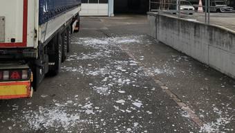 Die Eisplatten lösten sich vom Dach des Lastwagens.