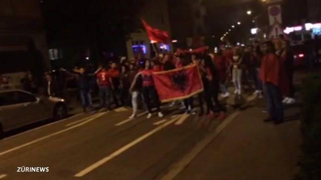 Albanien-Fan nimmt Sturmgewehr an Fussball-Party