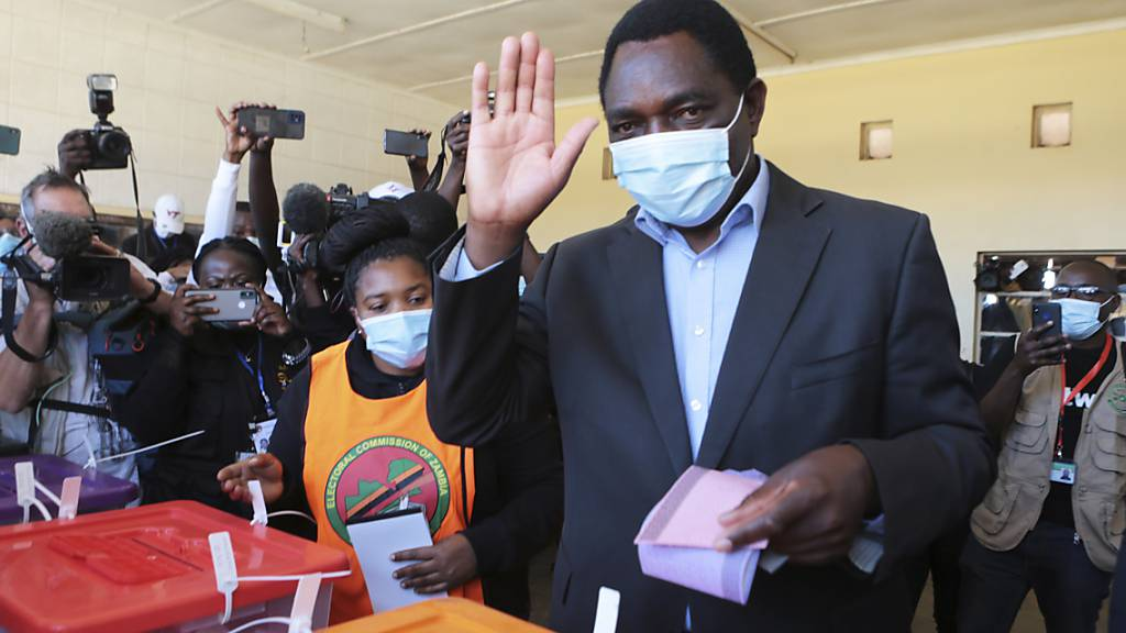 Oppositionsführer und Präsidentschaftskandidat  Hakainde Hichilema winkt nach der Stimmabgabe in einem Wahllokal in Lusaka, Sambia. Der im Süden Afrikas gelegene Binnenstaat bekommt einen neuen Präsidenten. In der Nacht zum Montag wurde Hichilema zum Sieger der Wahl erklärt. Foto: Tsvangirayi Mukwazhi/AP/dpa