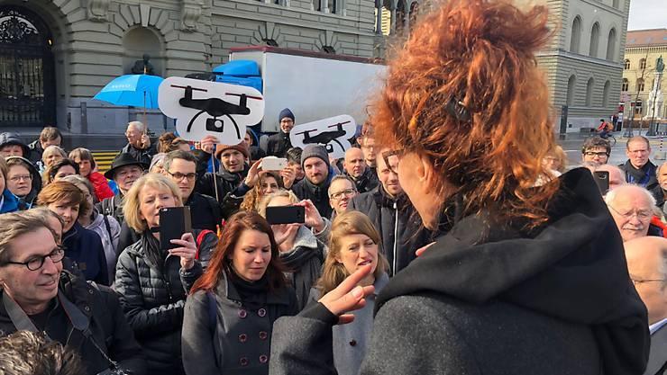 Autorin Sibylle Berg (im Vordergrund) bei der Lancierung des Referendums gegen das Gesetz zur Überwachung von Sozialversicherten.