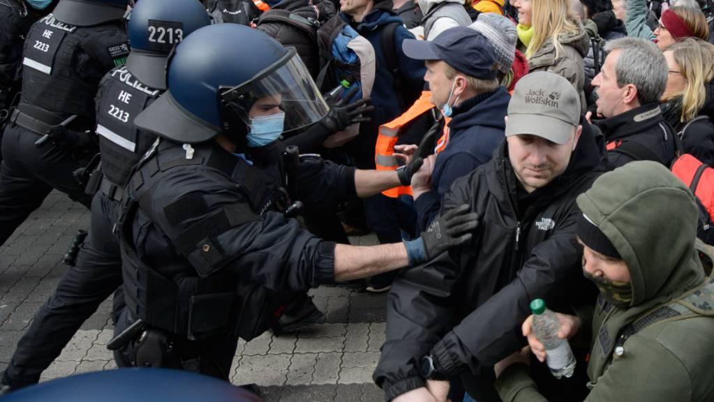 Einsatzkräfte der Polizei sind bei einer Kundgebung unter dem Motto «Freie Bürger Kassel - Grundrechte und Demokratie» im Einsatz.