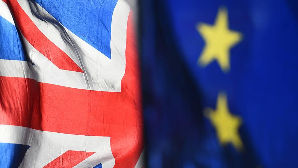 Eine Flagge des Vereinigten Königreichs und eine Flagge der Europäischen Union sind nebeneinander gehisst. (Archivaufnahme)