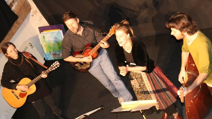 Gabriel Kramer (rechts, mit Alrun Lunger, Olaf Kirchgraber und Sonja Wunderlin an der Saisoneröffnung) tritt am nächsten Samstag mit den «Hinterwäldlern» in der Kultschüür auf.