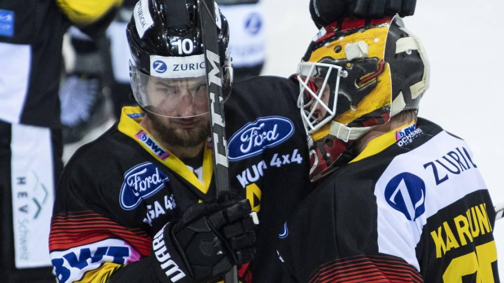 Tristan Scherwey (links) und Goalie Tomi Karhunen freuen sich über den Einzug in den Cup-Final.