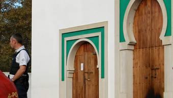 Die Türe zur Moschee in Bayonne nach der Tat. Ein 84-Jähriger wurde festgenommen.