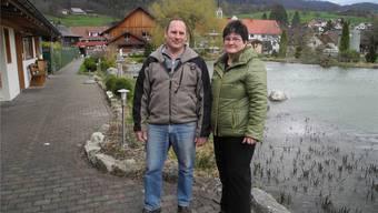 Wirtepaar Ueli und Dorothea Müller-Meister vor ihrem «Seeli» in Herbetswil. frb