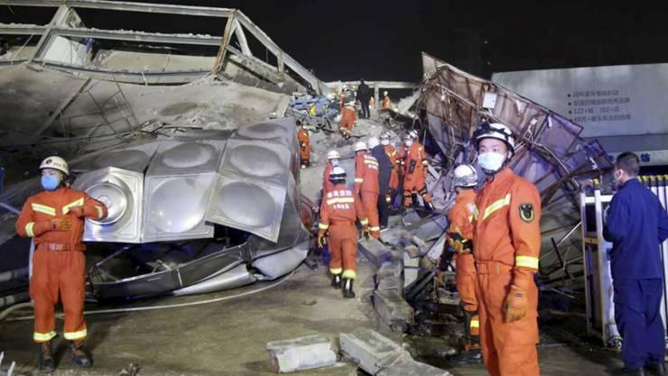 Vom fünfstöckigen Hotel in der Stadt Quanzhou blieben nach dem Einsturz nur noch Trümmer übrig.