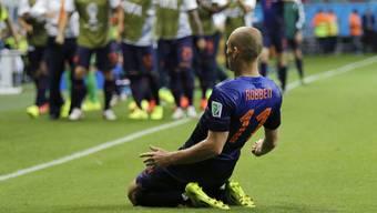 Im Bild der Torjubel von Robben, die Ersatzspieler feiern den Mann, der in der Form seines Lebens ist.