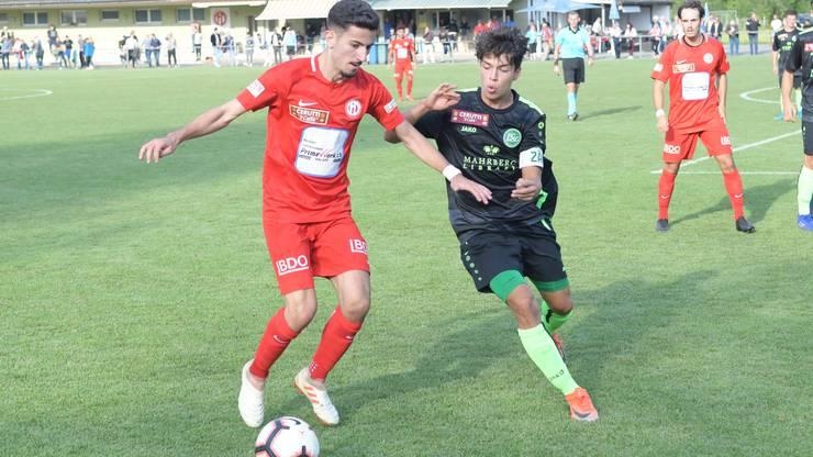 João Miguel Ferreira (am Ball) lieferte sich harte Duelle gegen St. Gallens Pascal Agostini.