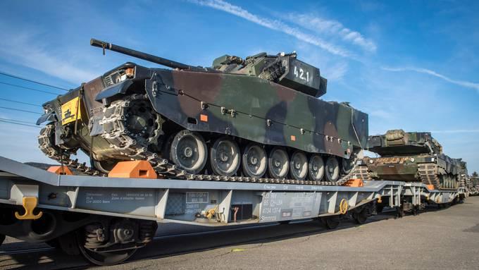 Initiative will  der Nationalbank, Pensionskassen und Stiftungen die Finanzierung von Kriegsgeschäften verbieten. Im Bild Kampfpanzer Leopard 2 der Schweizer Armee.